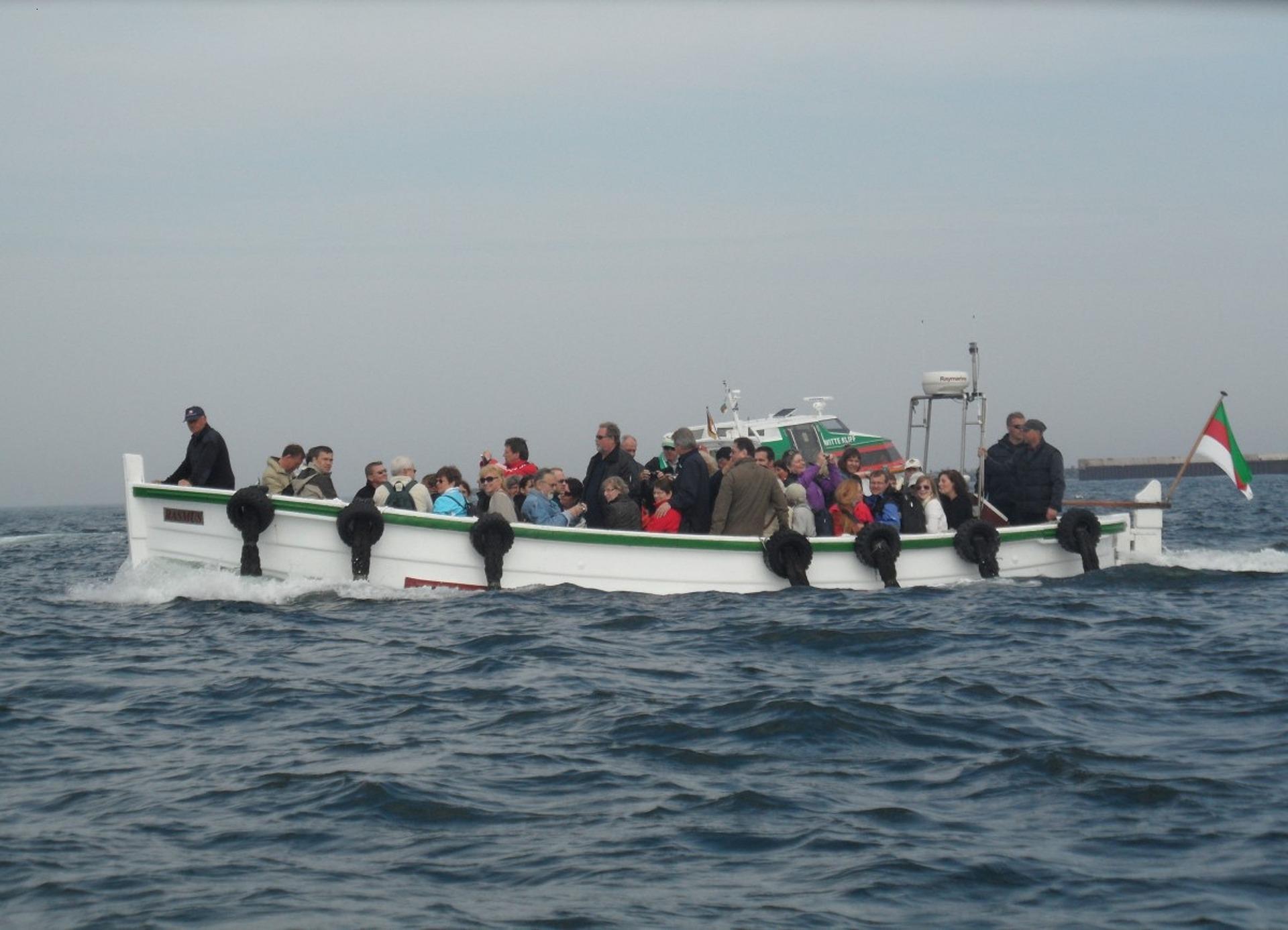 Börteboot bei der Überfahrt zu der Nordseeinsel mit Passagieren