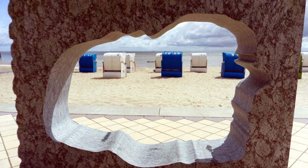 Nordseeinsel Föhr Blick durch Statue auf Strand