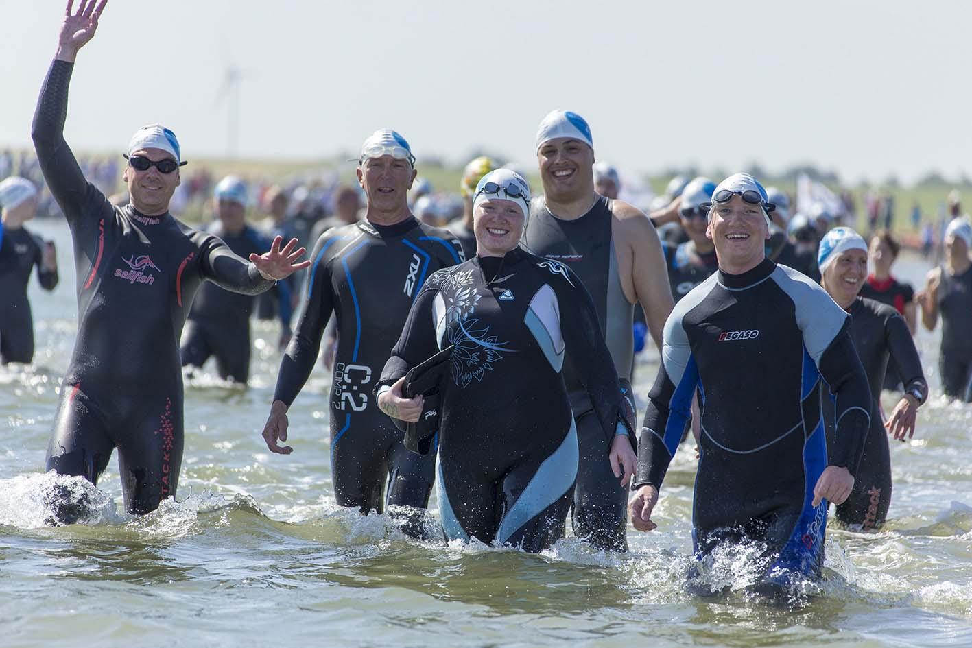 Jubelnde Teilnehmer nach dem Inselschwimmen des DLRG Norderney