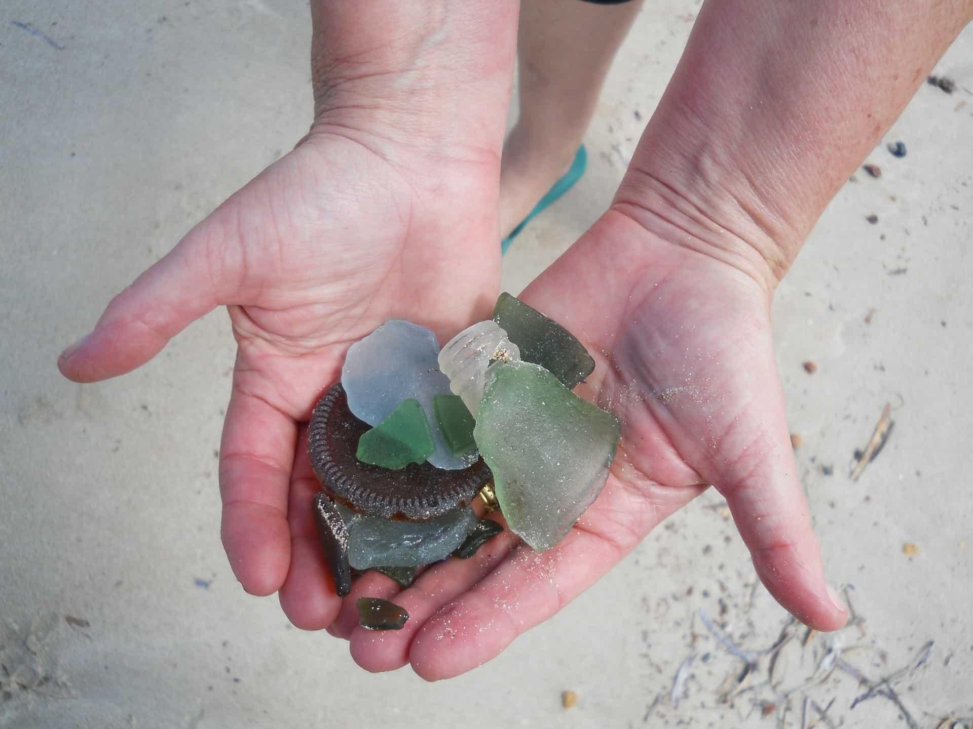 Einst nur Scherben werden die Glasstücke durch das Meer zu richtigen Schätzen