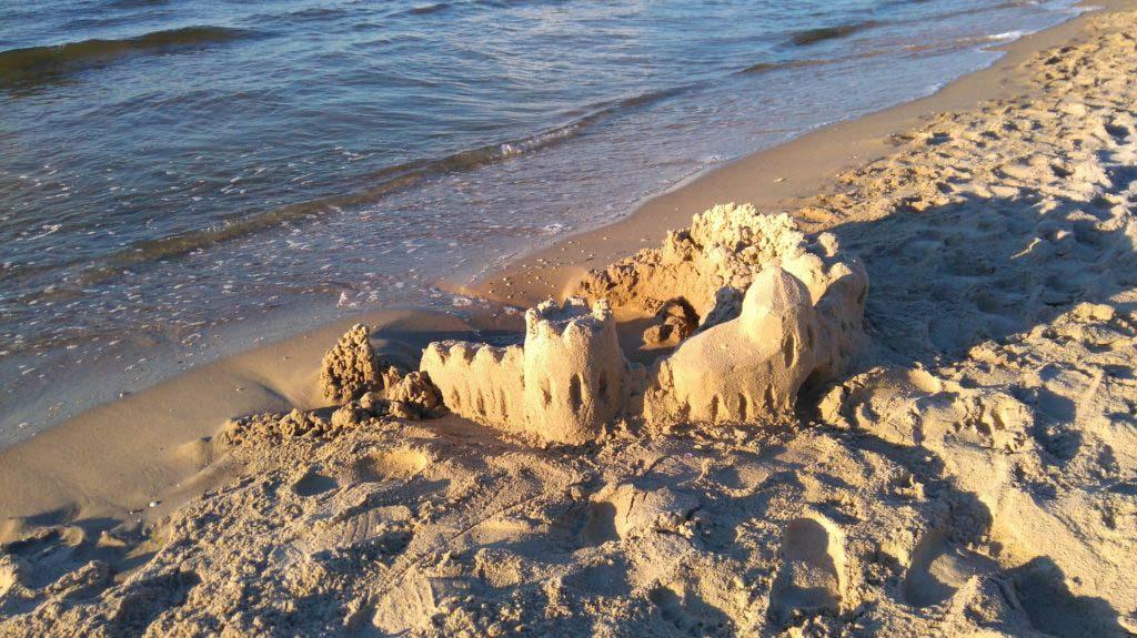 Sandburg am Strand - verboten auf Nordseeinsel Sylt