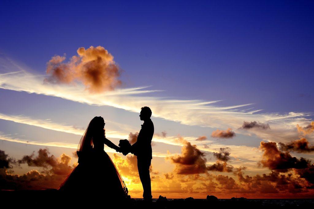 Nordseeinseln - Hochzeitspaar im Sonnenuntergang an der Nordsee